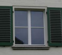 Holzfenster mit 2-farbigen Klappladen in Halle, Kügelgenstraße