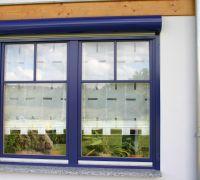 Holzfenster mit Sprossen und Vorbaurollladen mit Rundkasten