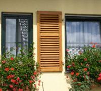 Holzfenster mit innenliegenden Sprossen und Holzklappladen