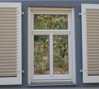 Weiße Holzfenster mit passendenden Klappladen