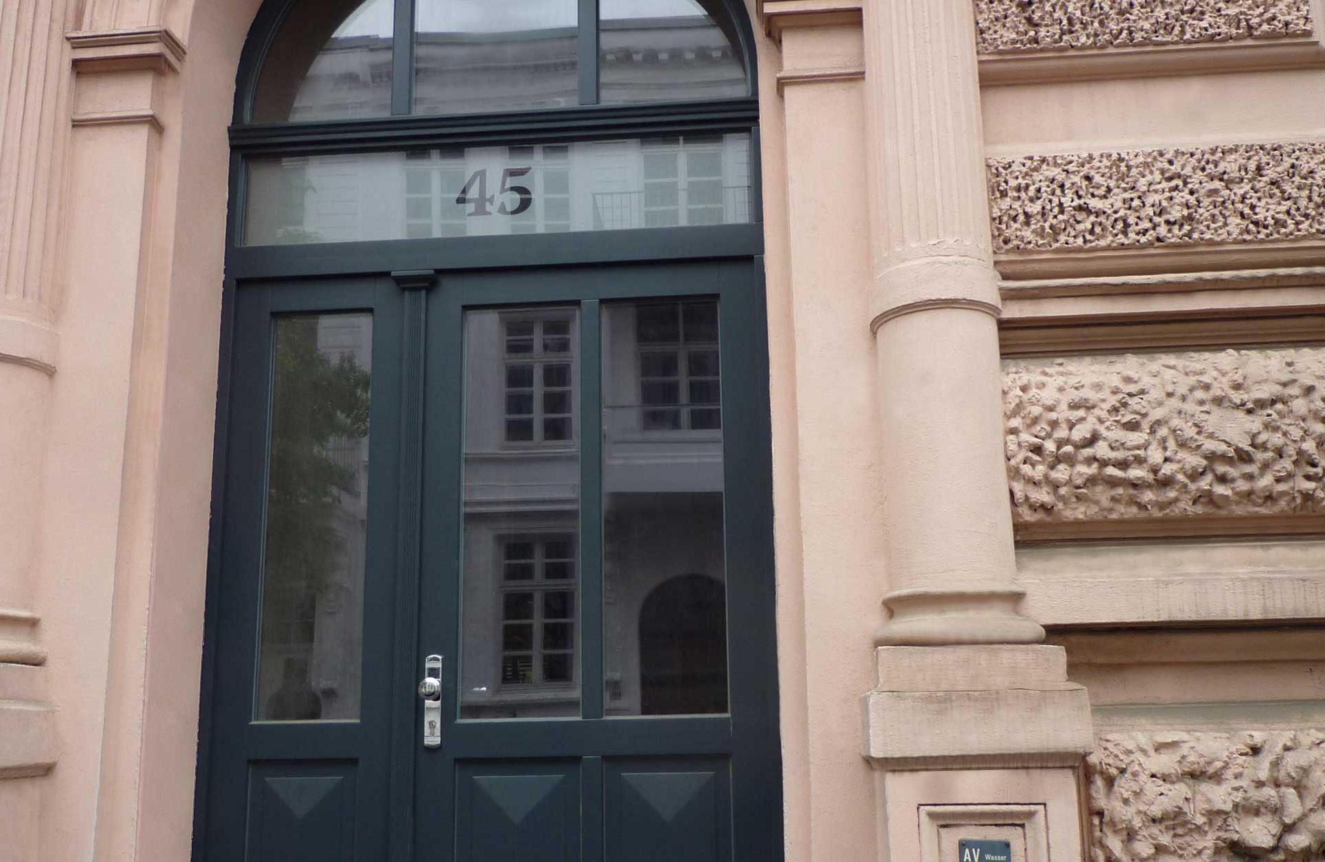 Holzeingangstür mit Oberlicht Aufarbeitung Nachbau Eingangstür in Leipzig