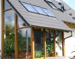 Holzwintergarten mit Zeigeldach und Dachflächenfenstern